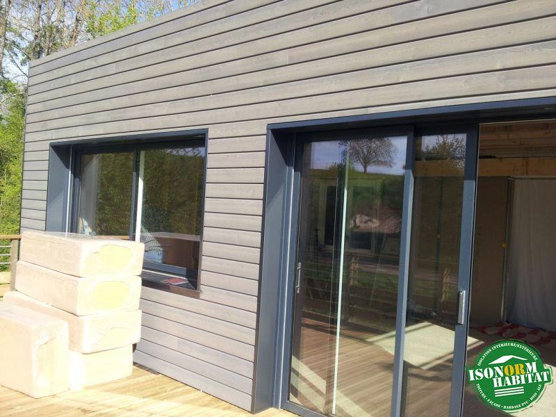 Bardage mélèze pré-grisaillé et encadrements de fenêtres en aluminium laqué