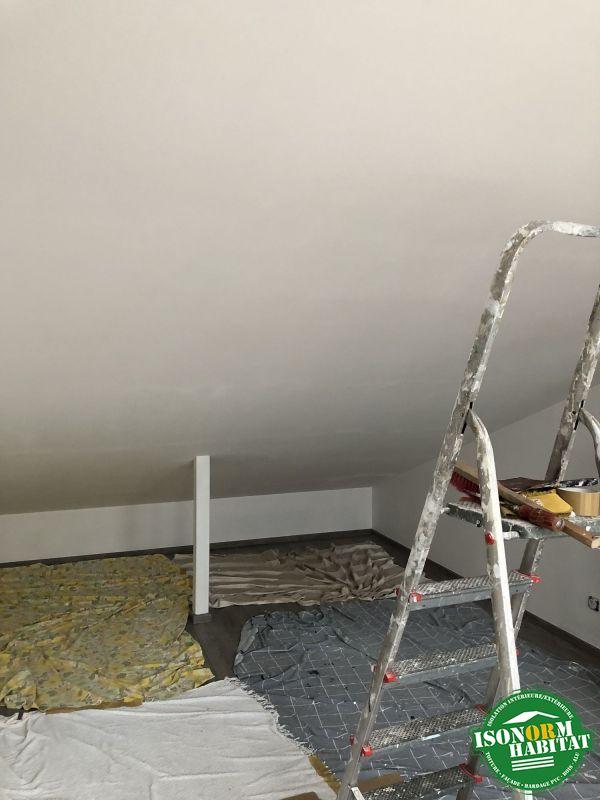 Chambre en cours de peinture par le client