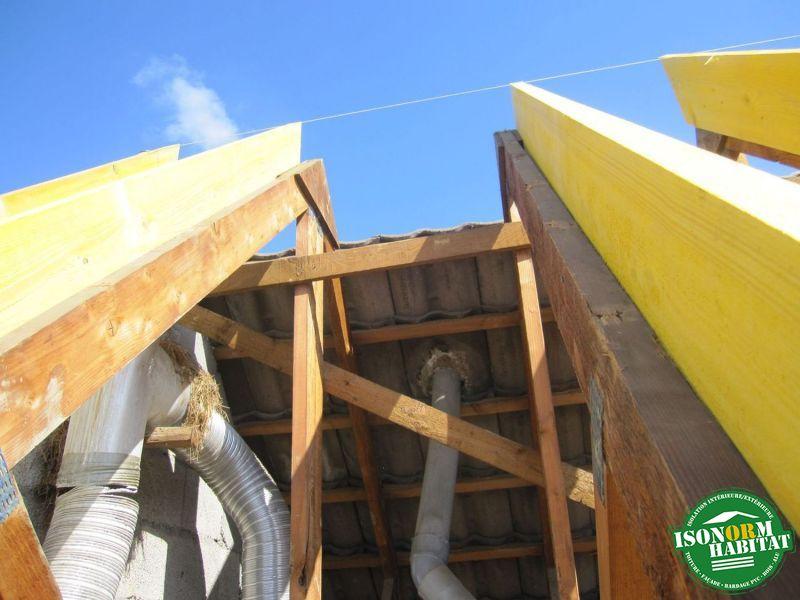 Jumelage d'un bois contre la fermette pour permettre la mise en place de l'isolation