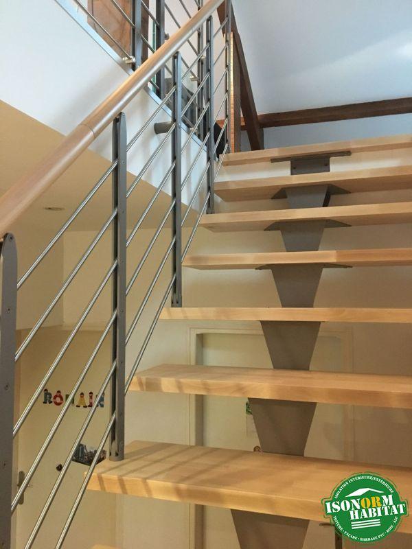 Escalier métallique avec garde corps