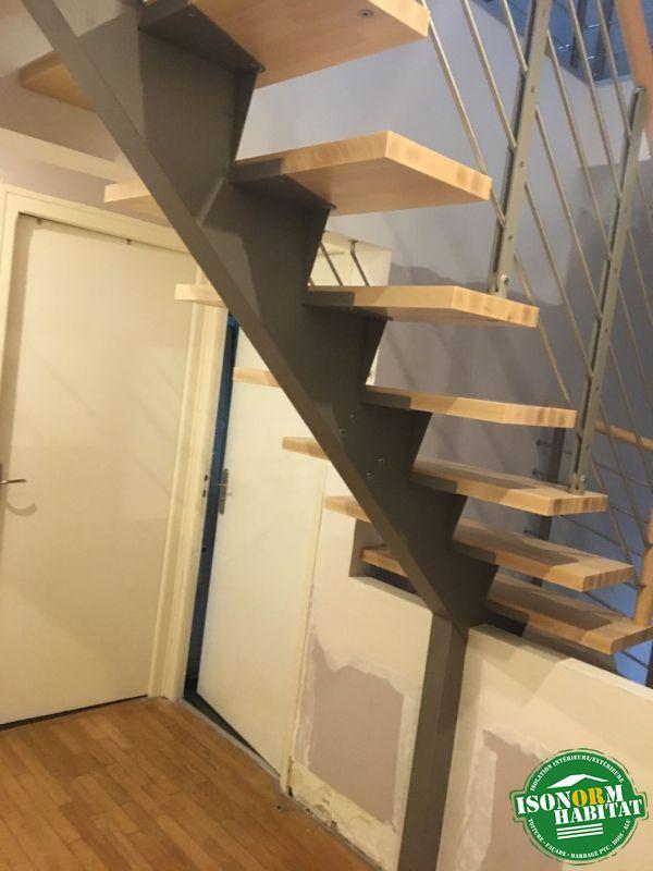 Escalier avec limon central métallique et marches bois