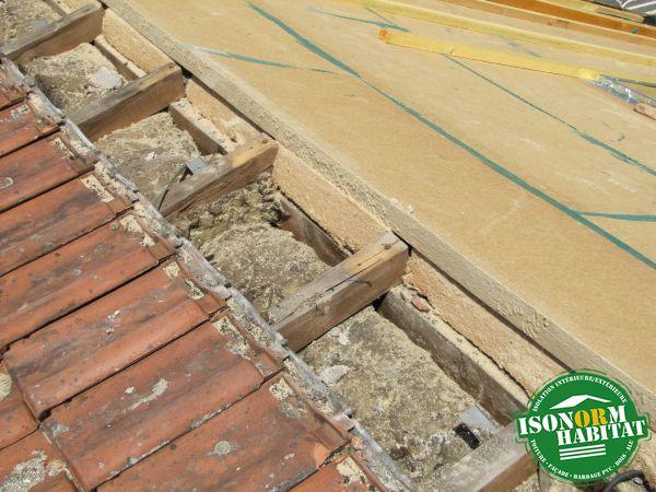 Traitement du faitage avec coupe en biais des panneaux de fibre de bois rigide