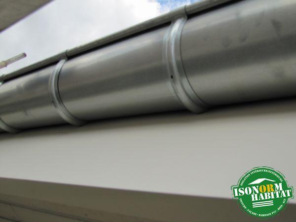 Mise en oeuvre de planche bandeau en aluminium blanc avec gouttière