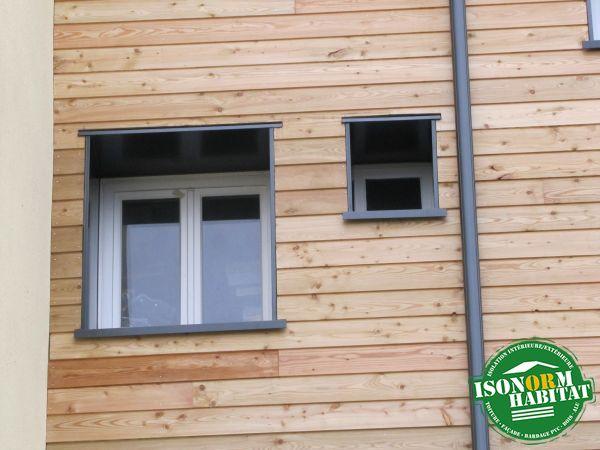 Détail d'un encadrement de fenêtre en alumium laqué avec descente d'eau pluviale assortie